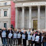 La Plataforma por la Justicia Fiscal, de la que Oxfam Intermón forma parte, antes de la entrega de un calendario contra el fraude fiscal a la Comisión de Hacienda del Congreso de los Diputados el pasado 1 de diciembre.