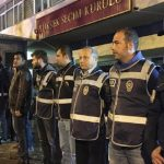 Un cordón policial protege la Comisión Electoral Central de las protestas en Ankara tras conocerse los resultados del referéndum. / Firat News