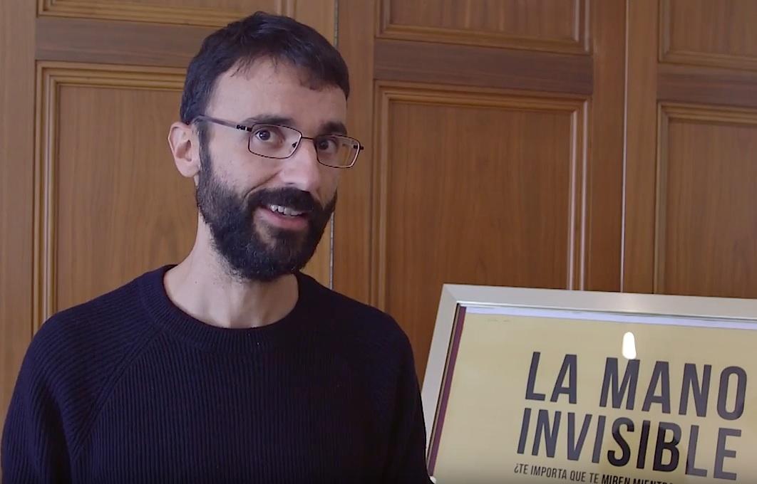 David Macián, junto a un cartel de su película