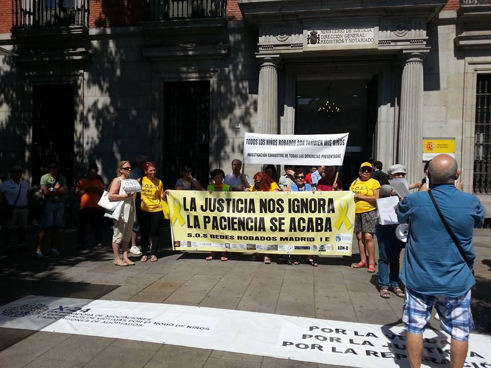 Concentración de la asociación SOS Bebés Robados Madrid frente al Ministerio de Justicia en julio del año pasado.