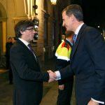 Carles Puigdemont recibe a pie de coche al rey Felipe VI, a la legada de éste último a Barcelona, en febrero de 2016, para presidir la inauguración del Mobile World Congress