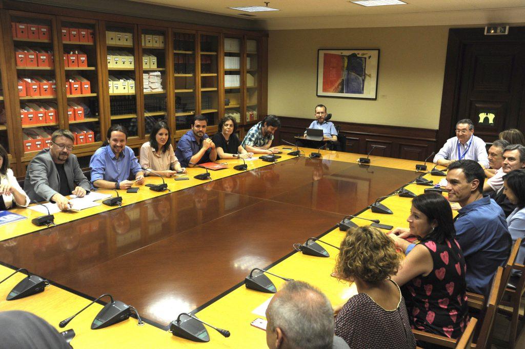 Mesas de trabajo entre ambas formaciones. Fricción entre PSOE y Podemos