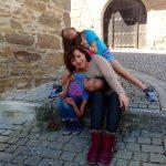 Rosa Maestro, adre monoparental, posa para la fotografía con sus dos hijas