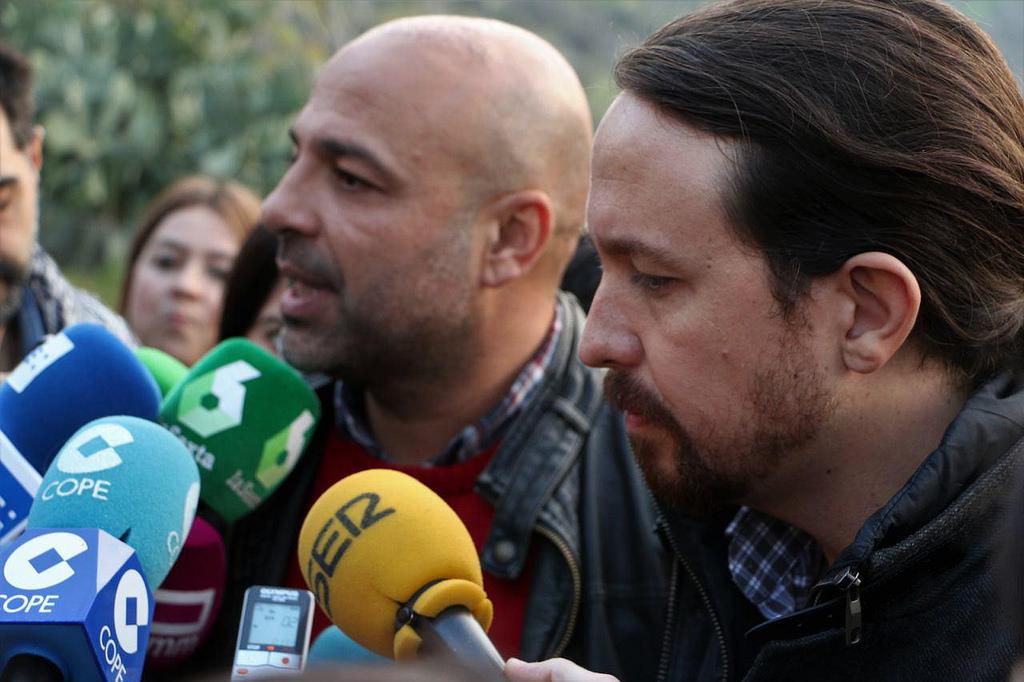 El secretario general de Podemos en Castilla-La Mancha, José García Molina (izquierda), atiende a los medios junto al secretario general de Podemos.