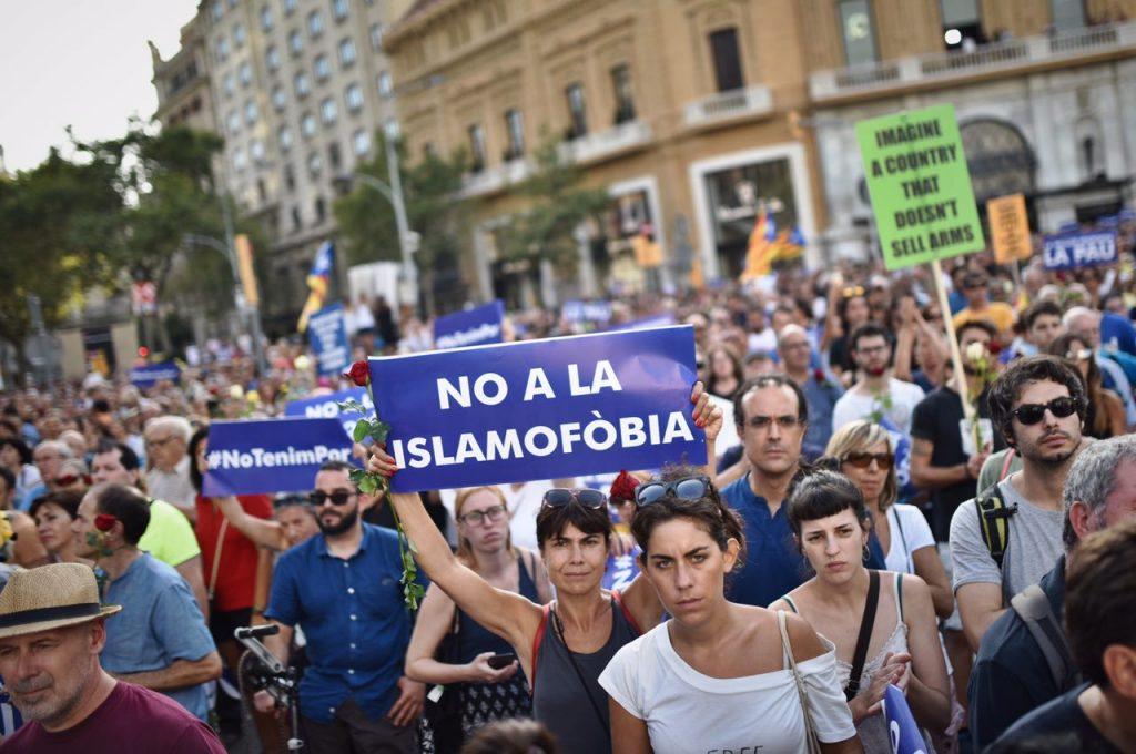 Una mujer levanta un cartel que proclama su rechazo a la islamofobia.