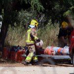 Los Bomberos retiran bombonas de butano de la casa donde se produjo la explosión en Alcanar (Tarragona).