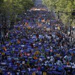 """Vista del cuerpo principal de la manifestación contra los atentados yihadistas en Cataluña que bajo el eslogan """"No tinc por"""" (""""No tengo miedo"""") recorrió las calles de Barcelona"""