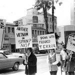 Manifestación frente al consulado español en Miami (EEUU), en los años 70, contra la represión de la dictadura franquista