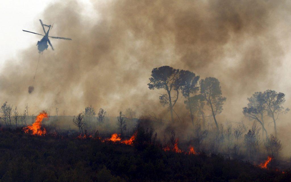 Un hidroavión sobrevuela el incendio de Ayora (Valencia) que tuvo lugar en agosto de 2013.