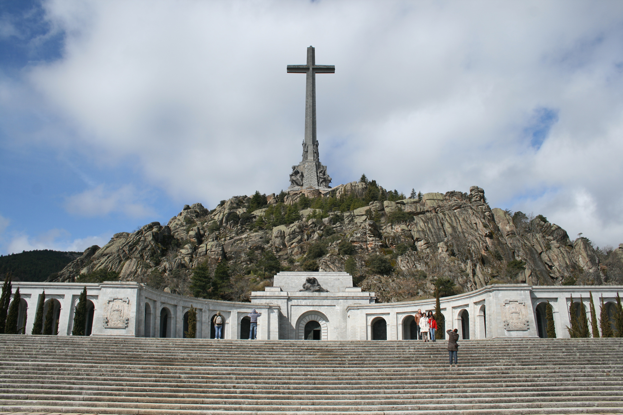 Una vista de la gigantesca cruz y el monumento desde el pie de la escalinata de acceso al Valle de los Caídos