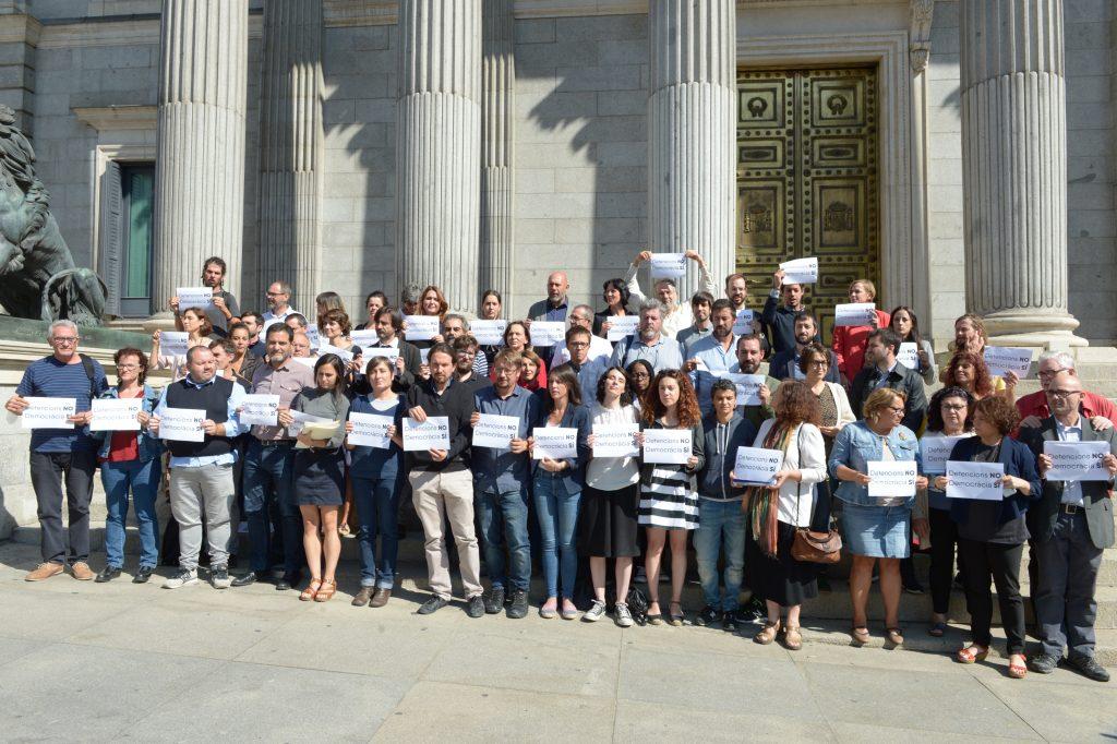Detención de la cúpula del 1-O. Diputados de Podemos-En Comú Podem-En Marea se han concentrado frente a la escalinata del Congreso de los Diputados para protestar contra las detenciones en Barcelona