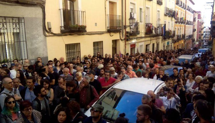 Imagen de la gente que no pudo entrar en el acto de 'Madrileños por el derecho a decidir' por problemas de aforo. / M.F.S.