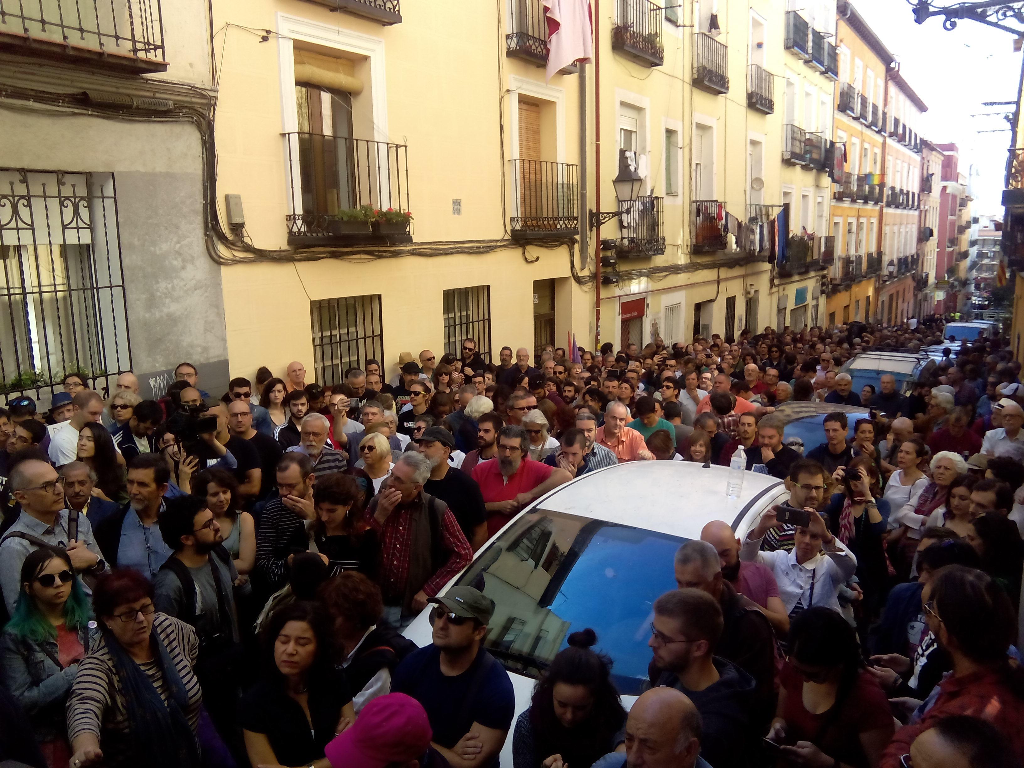 Imagen de la gente que no pudo entrar en el acto de 'Madrileños por el derecho a decidir' por problemas de aforo.