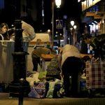 Un grupo de personas revisa la basura en plena calle en busca de alimentos aprovechables.