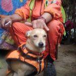 Héctor 'El Chino' Méndez, fundador de los Topos Aztecas, posa con Campeón, uno de los perros rastreadores de la brigada