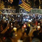 Los manifestantes enarbolan dos pancartas, una denunciando la existencia de presos políticos y otra exigiendo la república