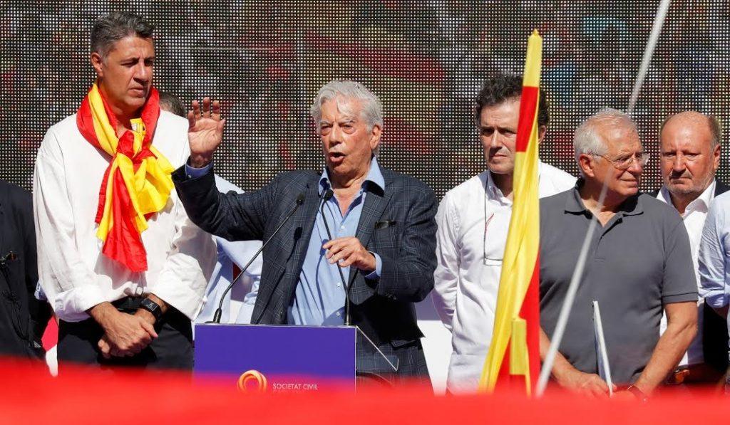 """Xavier García Albiol y Josep Borrell escuchan el discurso de Mario Vargas Llosa al término de la marcha @¡Basta! Recuperemos la sensatez"""" que ha tenido lugar en Barcelona."""