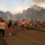 Los vecinos forman una cadena humana para acarrear cubos de agua con la que combatir las llamas.