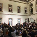 Fotógrafos y cámaras toman instantáneas de la firma por Puigdemont de la declartación de una república catalana.