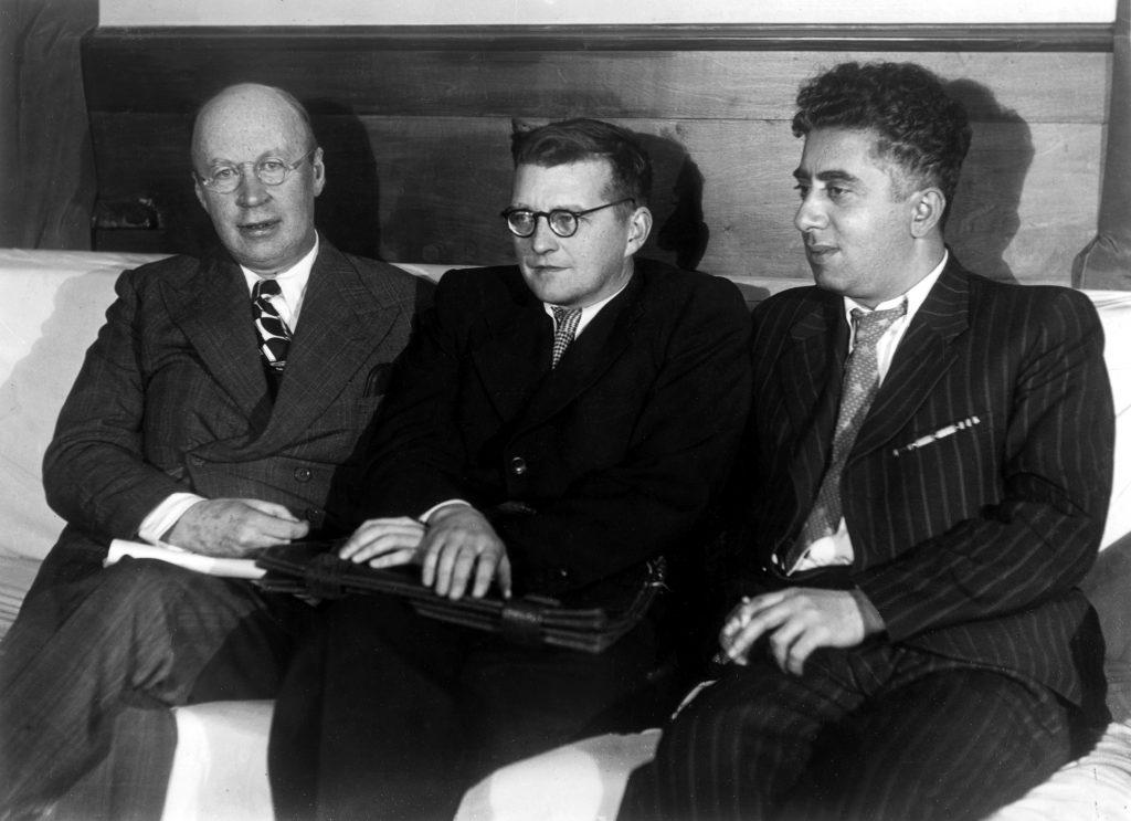 Dmitri Shostakovich, en el centro, flanqueado por Sergei Prokofiev ( a la izquierda) y Aram Khachaturian