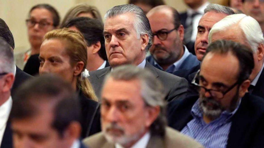 Luis Bárcenas, extesorero del PP, sentado entre los acusados de la trama Gürtel