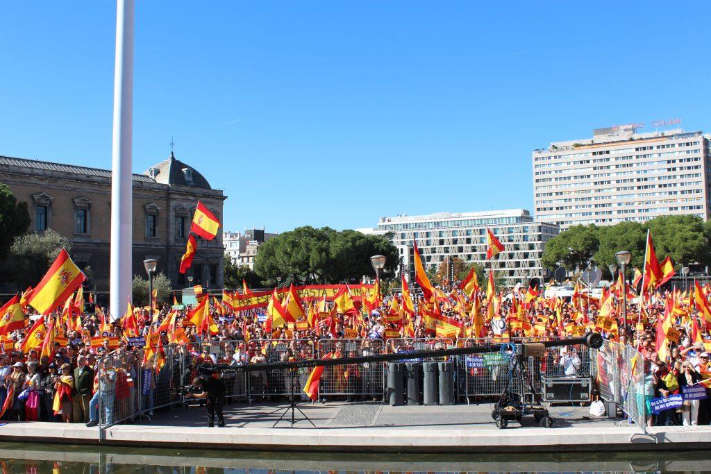 """Manifestantes en la concentración de este sábado por la unidad de España y """"contra los golpistas"""" de Cataluña en la Plaza de Colón en Madrid."""