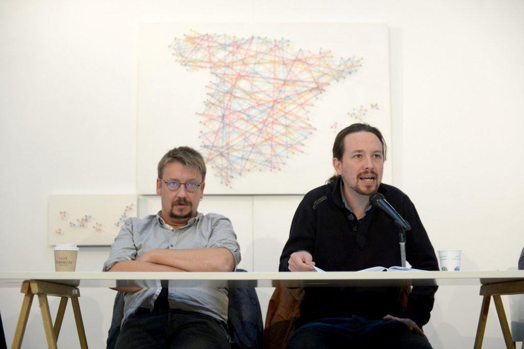El secretario general de Podemos, Pablo Iglesias, y el portavoz de En Comú en el Congreso, Xavier Domènech, en la reunión del 'Gobierno en la sombra' celebrado este lunes.
