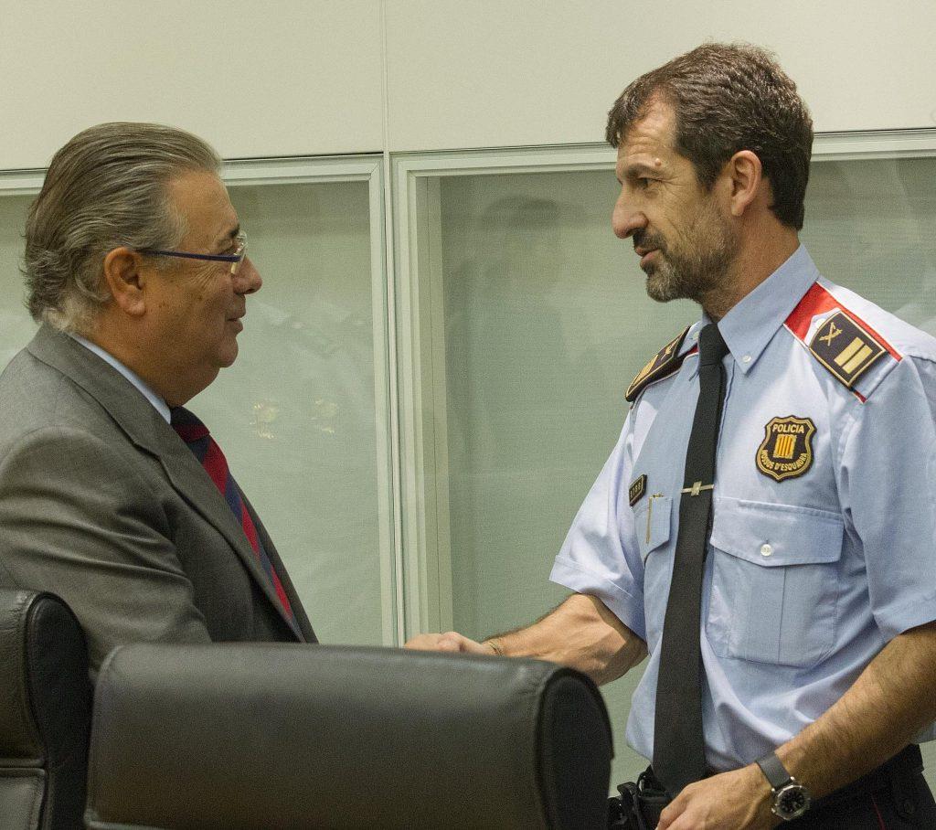 El ministro de Interior, Juan Ignacio Zoido, con el nuevo mayor de los Mossos, Ferrán López, en una reunión anterior por los atentados de Barcelona.