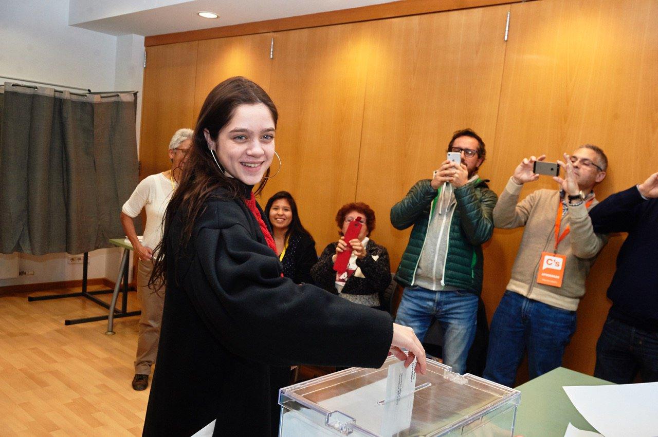 Laura Sancho vota en nombre de Carles Puigdemont