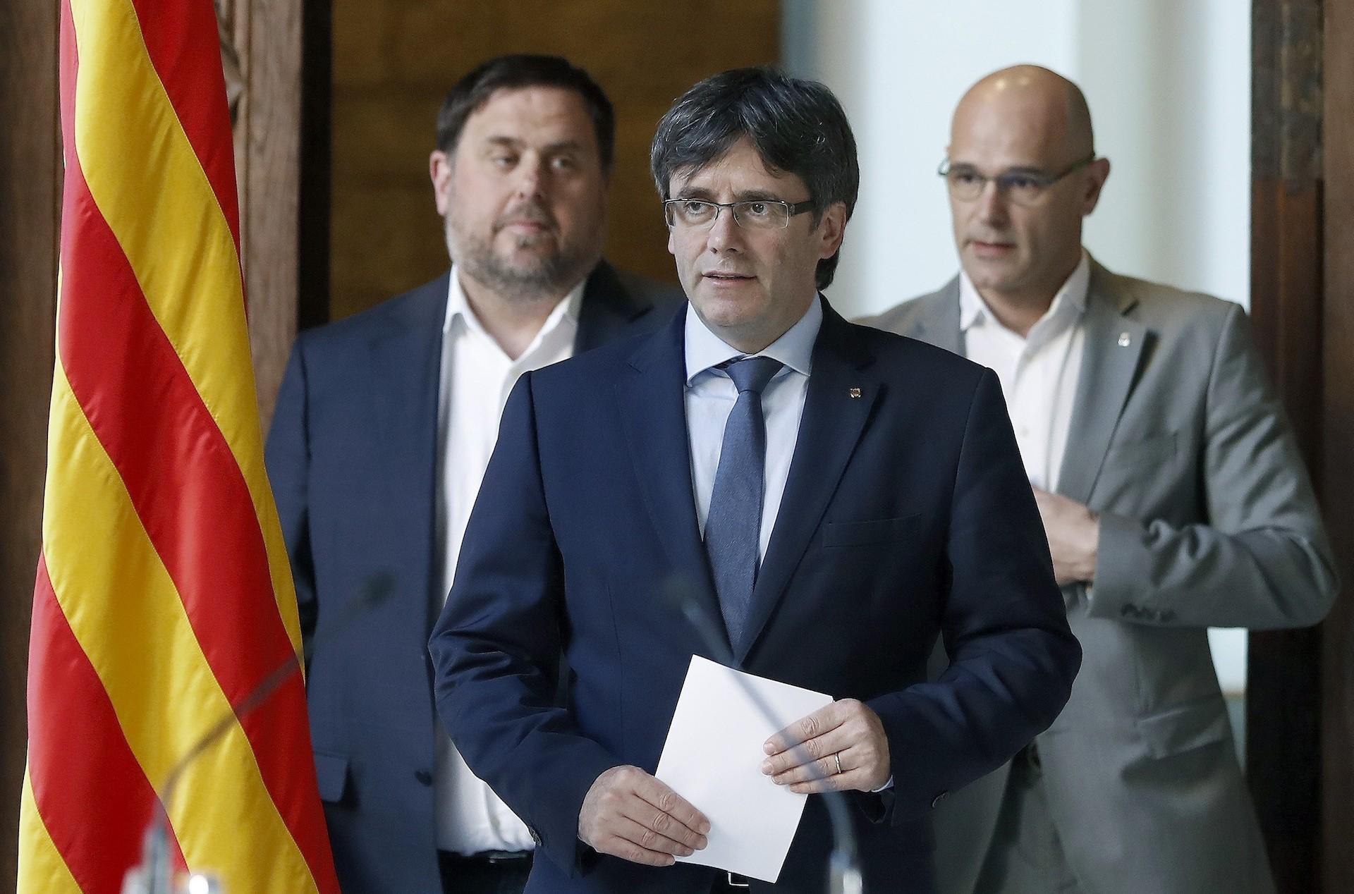 De izquierda a derecha, Oriol Junqueras, Carles Pujigdemont y Raúl Romeva