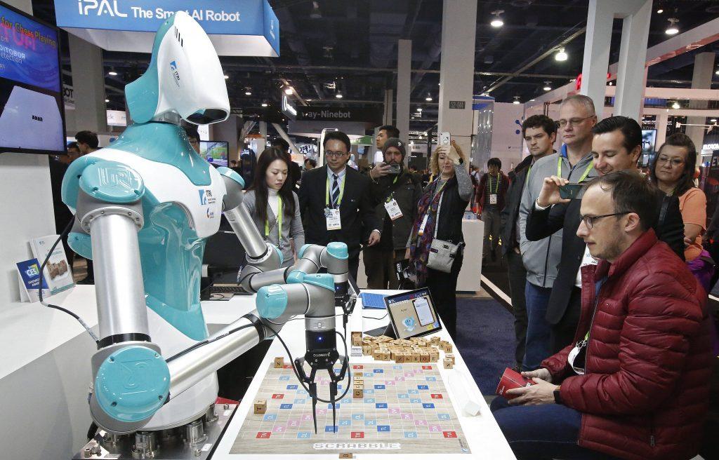 Un hombre juega al Scrabble con iPAL, el robot de la taiwanesa Industrial Technology Research Institute (ITRI)