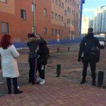 Una activista trata de consolar a María Ángeles, en presencia de uno de los agentes que han participado en la operación de desahucio en la Villa de Vallecas