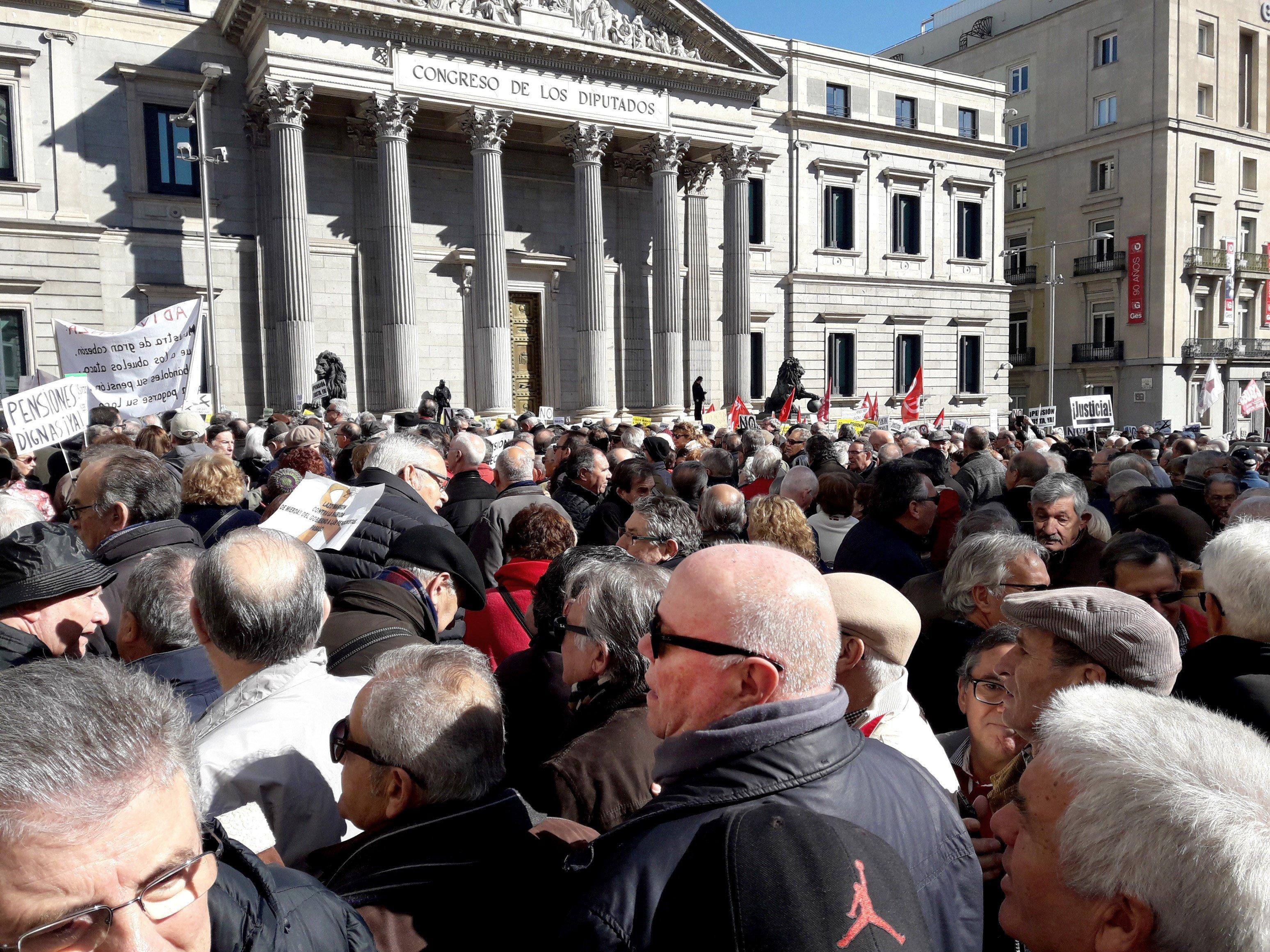 Miles de jubilados cortan el acceso al Congreso de los Diputados para reclamar pensiones dignas