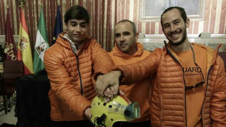El vicepresidente de Proem-Aid, el bombero Manolo Blanco (en el centro), junto a sus otros dos compañeros acusados de un presunto delito de tráfico ilegal de personas.