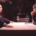 Jordi Évole, a la derecha, escucha las explicaciones de José María García