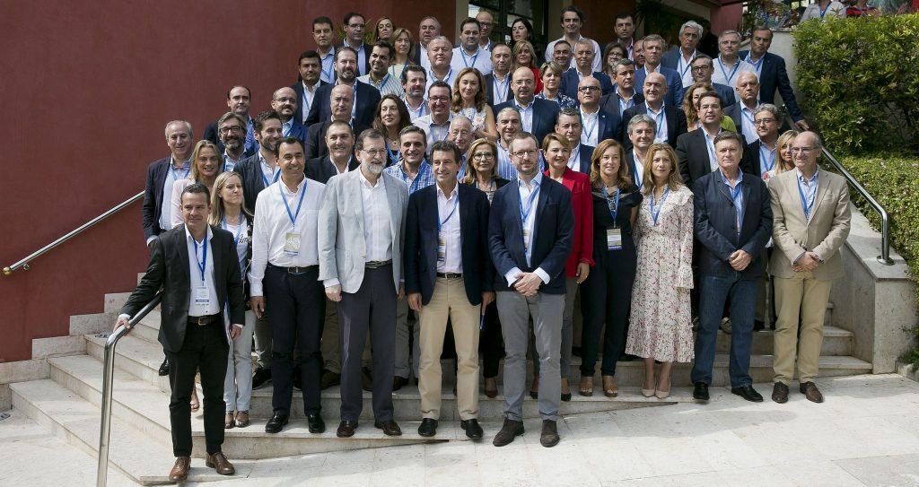 Mariano Rajoy con los participanmtes en la reunión de presidentes provinciales del Partido Popular