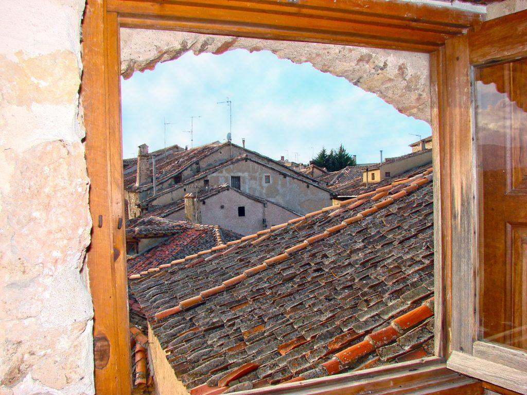 Tejados y viviendas de un pueblo español