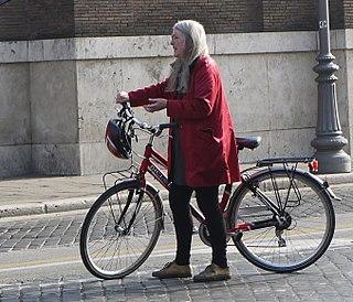 La profesora, Mary Beard, saliendo de clase en Cambridge/ Tristn Ferne (Wikipedia)