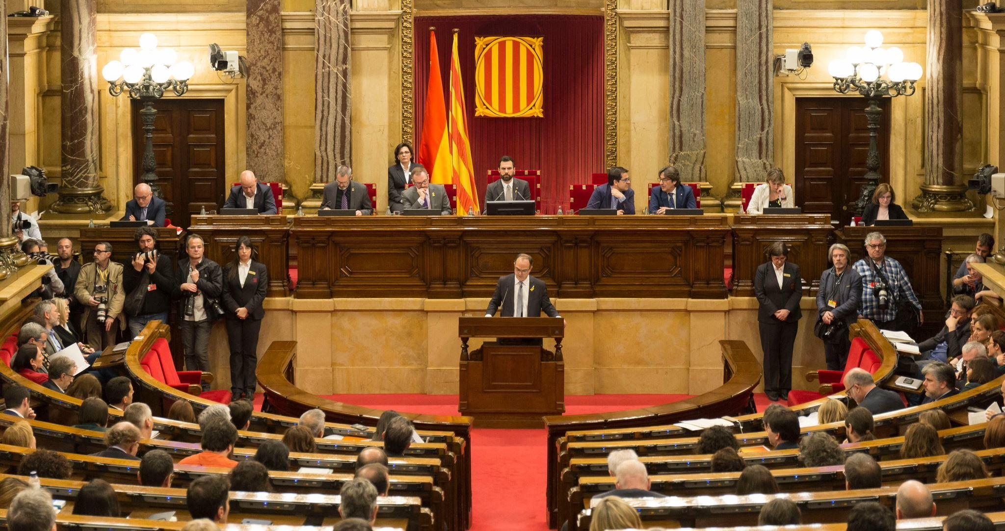Jordi Turull lee su discurso en el Parlament de Catalunya durante la sesión de investidura de ayer
