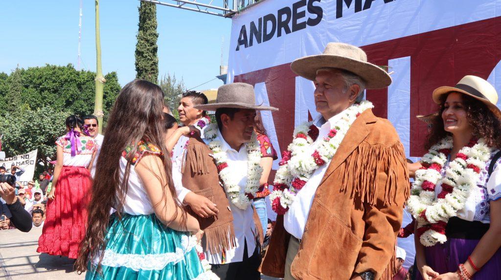 Andrés Manuel López Obrador (en el centro de la imagen), el candidato de la izquierda del Movimiento Regeneración Nacional (Morena) que aparece como favorito en las encuestas para optar a la Presidencia de México.