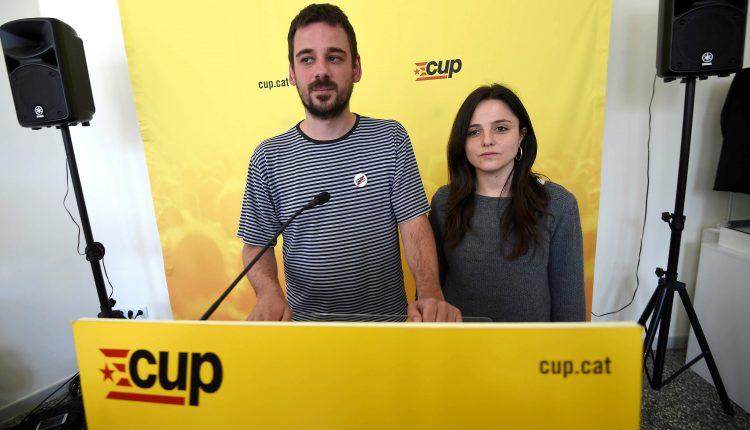 Los miembros de la CUP lluc Salelles y Maria Sirvent en rueda de prensa tras la reunión del consejo político que ha decidido hoy mantener las cuatro abstenciones de sus diputados en la votación de mañana en el Parlament, con las que harán posible la investidura de Quim Torra.