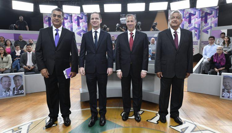 Los candidatos a la Presidencia de México: el independiente, Jaime Rodríguez; el conservador, Ricardo Anaya; el oficialista, José Antonio Meade, y el izquierdista, Andrés Manuel López Obrador, posan antes de iniciar el segundo debate este domingo en Tijuana.