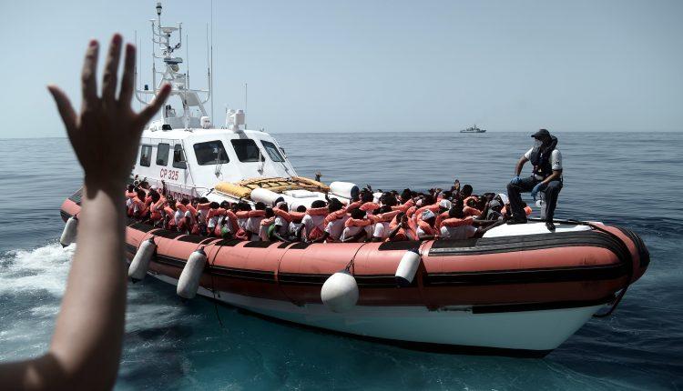 """Varios de los 629 inmigrantes rescatados a bordo del barco """"Aquarius"""" en el Méditerráneo este martes."""