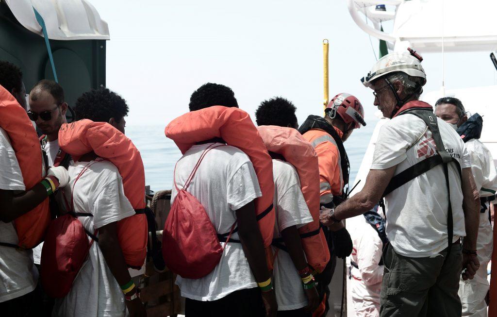 """Varios de los 629 inmigrantes rescatados a bordo del barco """"Aquarius"""" en el Méditerráneo este marrtes."""