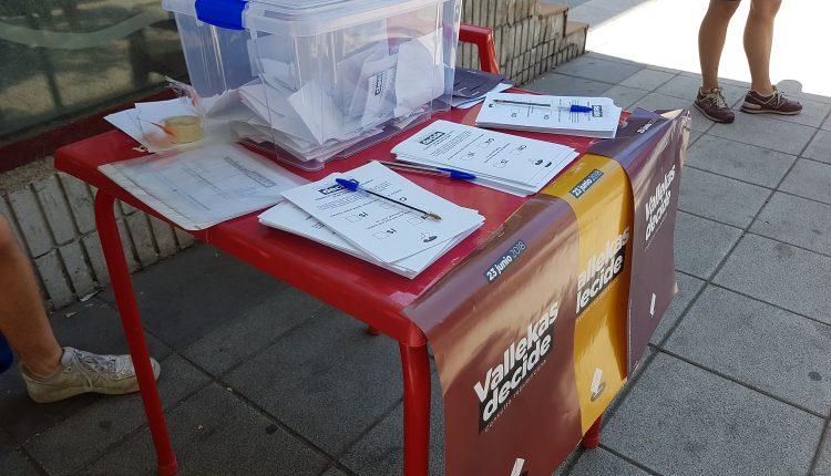 Mesa de votación del referéndum por la república de Vallecas situada en la Avenida de la Albufera con la calle Payaso Fofó. / Sato Díaz