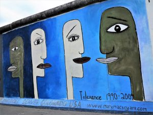 Mural dedicado a la tlerancia en el East Side Gallery./ Foto J.M.