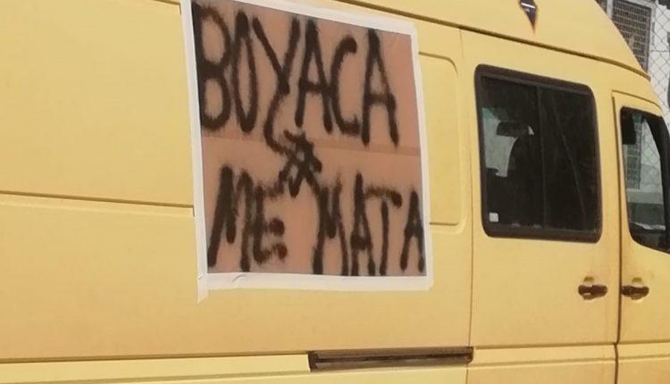 Uno de los carteles en una furgoneta de reparto