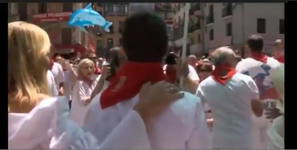 """El vídeo que desmiente que intentaron """"atizar con palos"""" a Pablo Casado en Pamplona"""