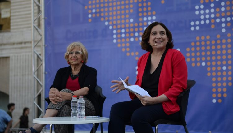 "Las alcaldesas de Madrid y Barcelona, Manuela Carmena y Ada Colau, respectivamente en ""Fearless Cities. International Municipality Summit"", el evento de las ciudades valientes y sin miedo que acogió en junio del año pasado la plaza de los Angels en Barcelona."