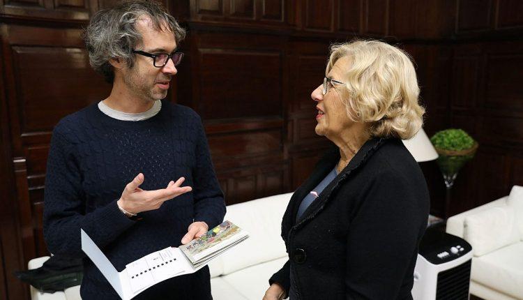El pianista y escritor James Rhodes, activista contra los abusos y agresiones sexuales, en un encuentro que sostuvo con la alcaldesa de Madrid, Manuela Carmena, el año pasado.